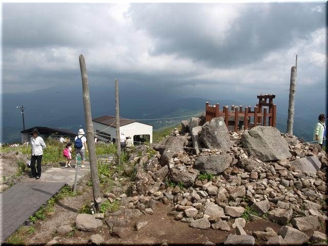 頂上付近に積まれた石の山