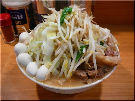 大ラーメン豚入り(野菜マシカラメ)+うずら卵