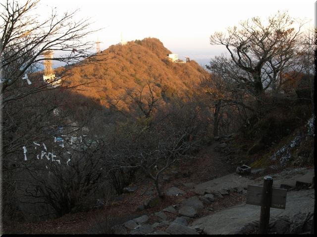 男体山山頂から見た女体山