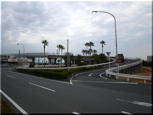 国道1号線側から見た跨線橋