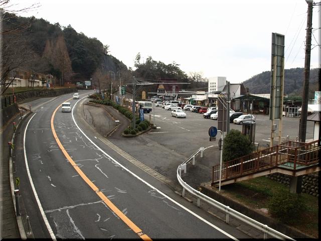 歩道橋上から見た駐車場