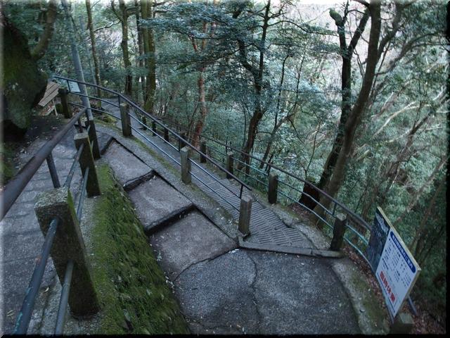 滝へと続く遊歩道