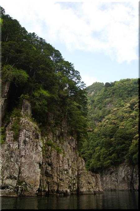対岸にそびえる絶壁