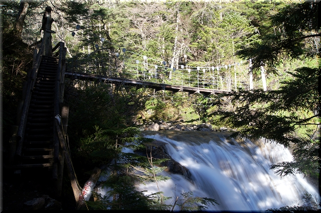 直前に吊り橋で横断