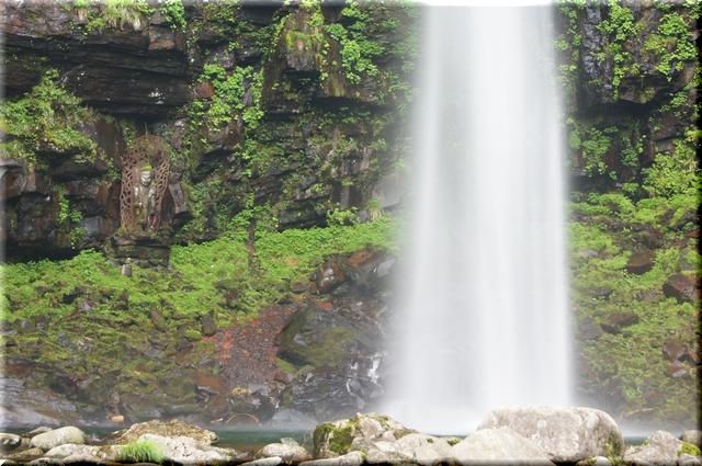 滝壺近くに安置されている如来像