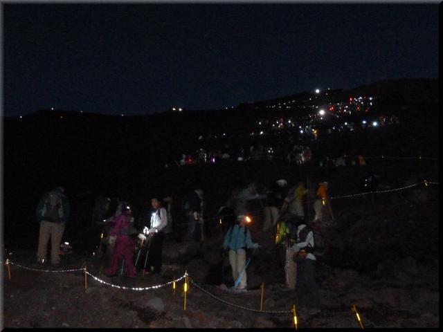 九十九折に続く登山道に人の列