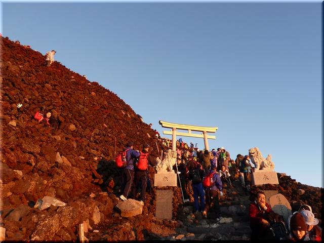 朝日に照る山頂