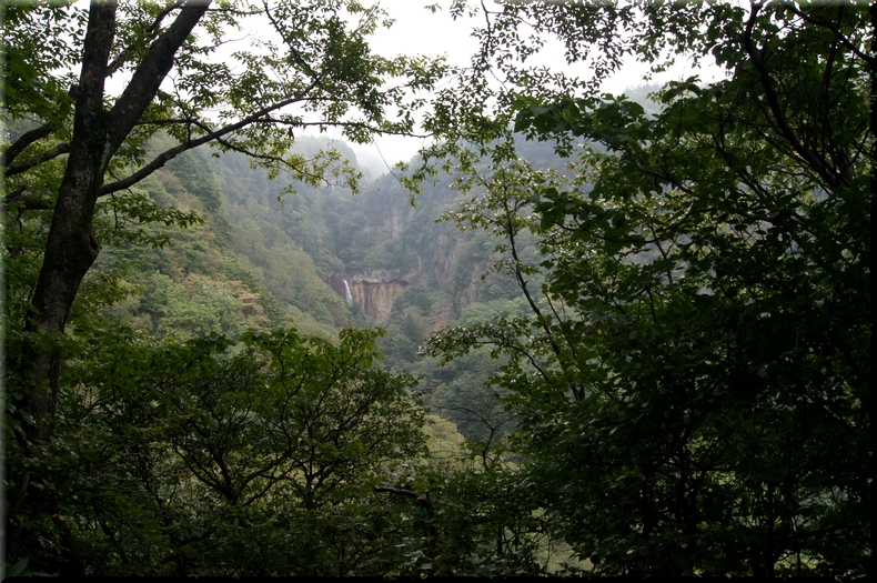 常布の滝を遠望