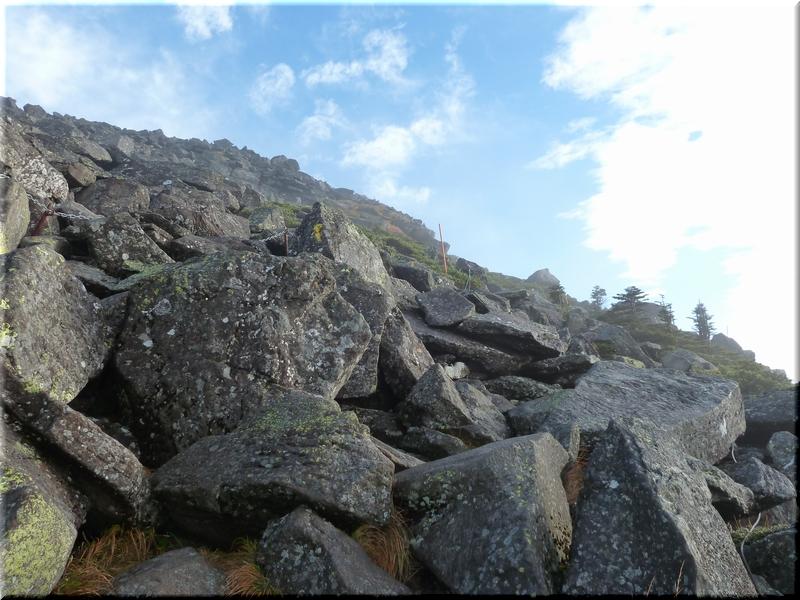 山頂手前の岩場