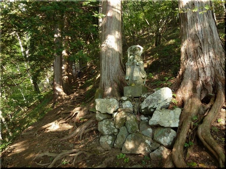石仏や石碑を多く見かける
