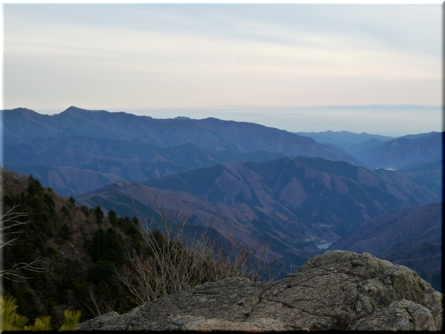 左側のピークが雲取山