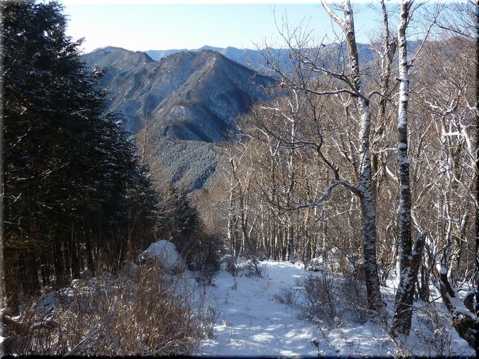 小・大持山に続く稜線