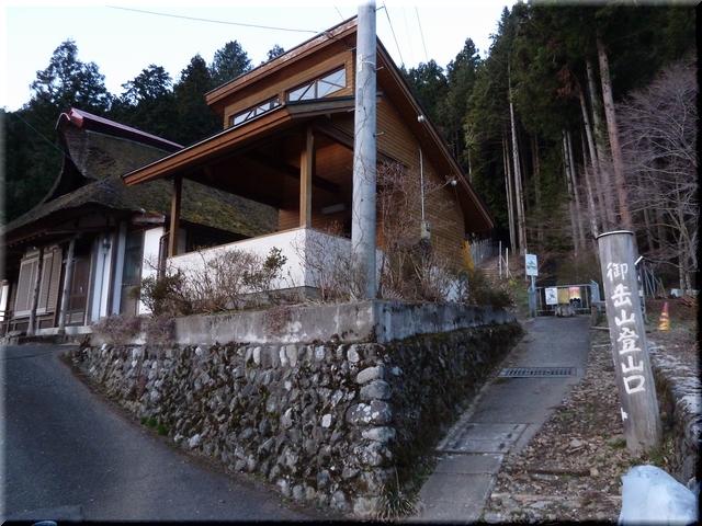 長福寺横の登山口