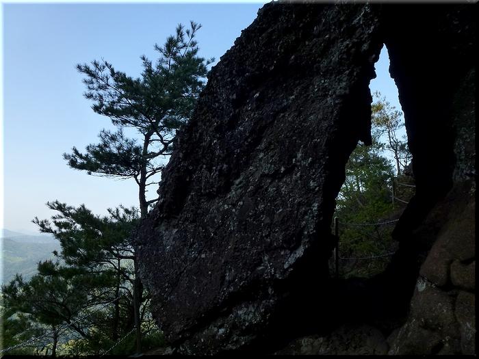 岩を隙間を通って…
