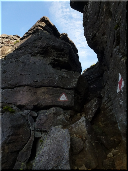 胎内岩(下から)