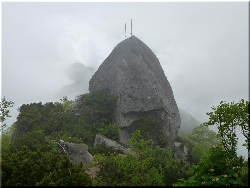 大剣が刺さる岩峰