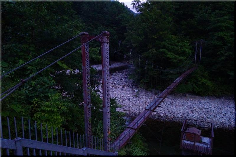 朝日川を吊り橋で横断