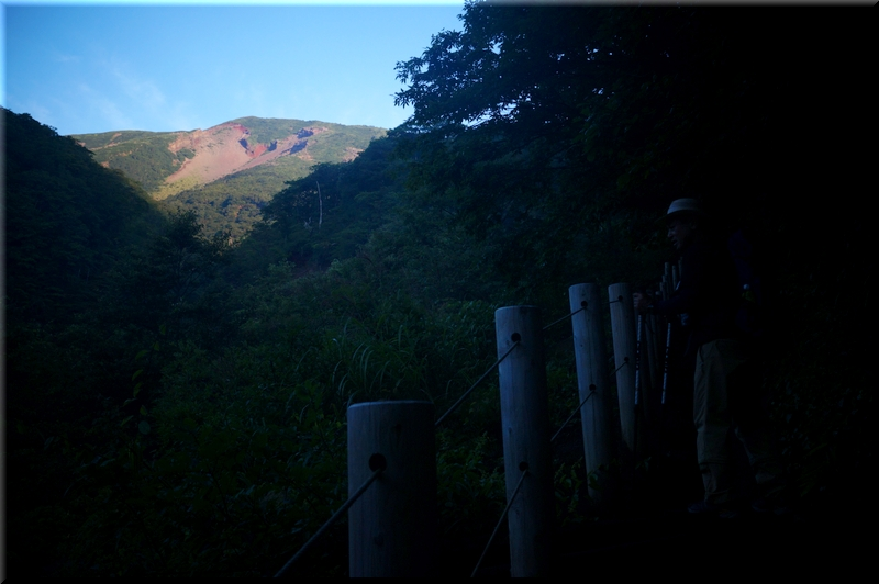 朝日に照る山肌