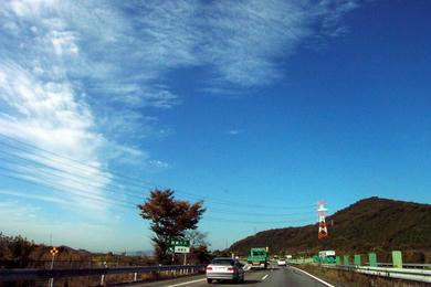 高い空 刷毛で描いたような雲