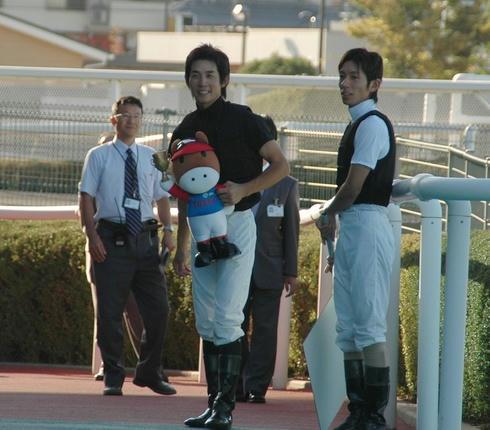 出待ちしている幸騎手と和田騎手