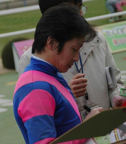 サインをする角田騎手