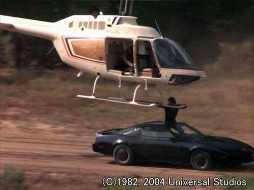 ヘリに乗って爆撃してくる犯人に立ち向かうマイケルとナイト2000