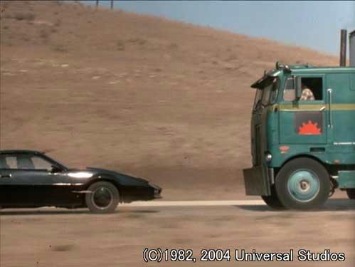キット、バック走行でトラックの攻撃を振り切る!