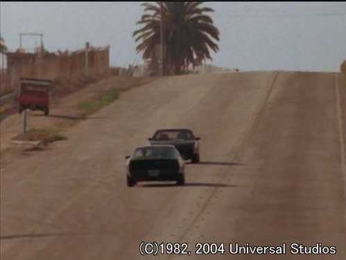 キットとカールの最終激突。こんだけ道広いのに、カールは崖の方に避ける