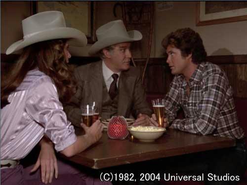 テキサスの酒場で秘密会議中のマイケル・デボン・ボニー