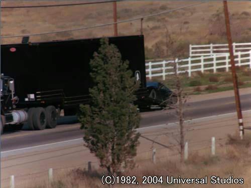 黒塗りのトラックと、走行しながらのキット昇降シーンが初登場