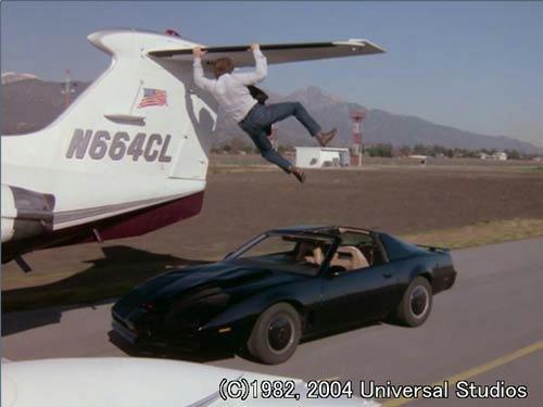 離陸を阻止しようとするマイケルとキット