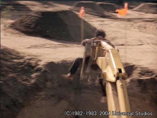 孤立無援状態のマイケルは遺跡に放り出され重機に襲われる!