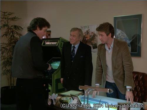 デボンとスティーブス社長に調査概要を話すマイケル