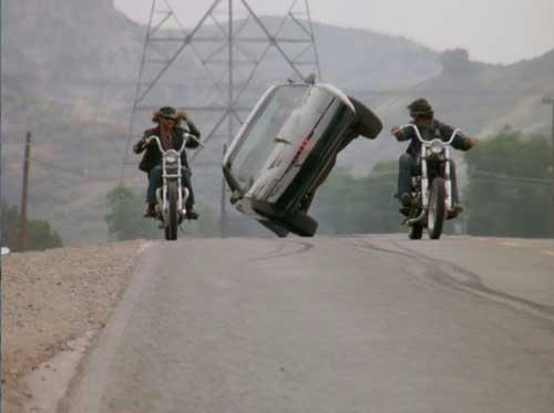 スキーモードで、通行妨害する暴走族を抜き去るナイト2000
