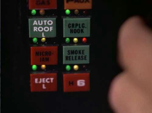 煙幕(スモークリリース)ボタン。…ん? マイクロジャムボタンのアップ時とボタン配置が違うゾ…