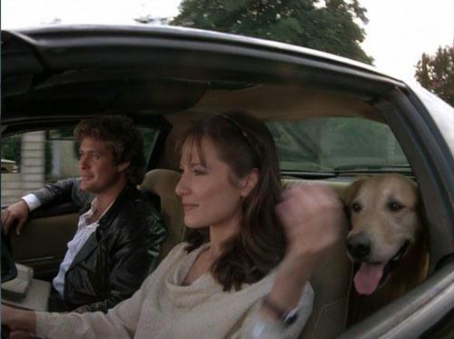 キットの手助けで、運転席に座るジュリー