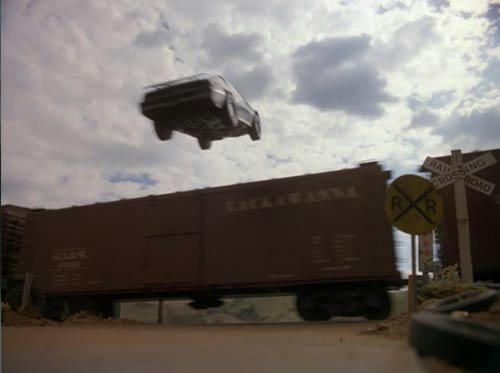 列車を避けるためターボブースト!空以外、全部ミニチュア撮影