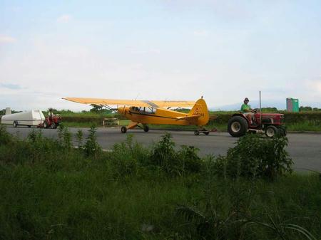 目の前を移動する軽飛行機