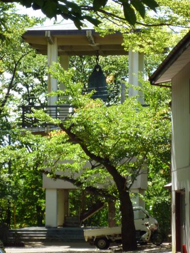 鐘つき堂(ちょっと木が生い茂ってて見えにくいですが)