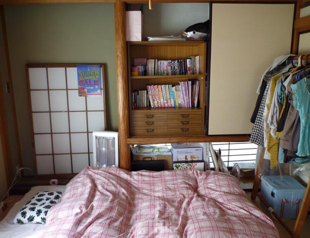 寝床。右側の服は洋服かけで、季節はずれのコートやちょっといい服(自分にとっては)をかけています。物入れと中の棚はもとからついてました。障子は、机の前にはまっていたのを外したものです。