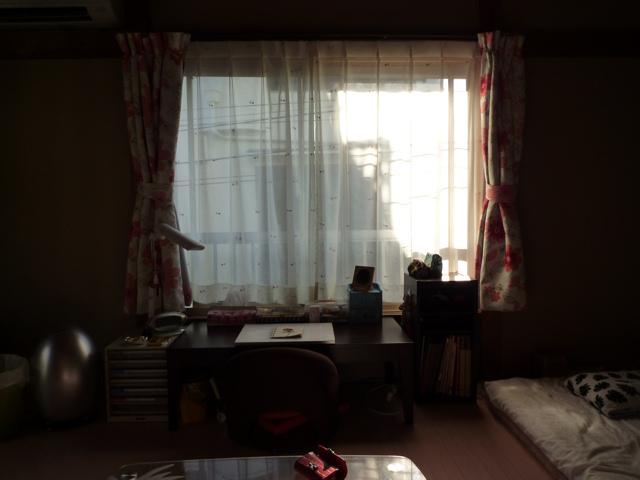 作業机です。午後3時くらいまでは非常に明るい陽が差し込んできます。日中この角度で写真撮影すると逆光で真っ暗なので、4時ころ撮影しました。