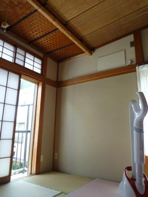 クーラーが来る前の大掃除をした時の写真。天井近くの板がある位置にクーラーがつきました。体育座りをして「ここにクーラーがつくのかぁ」と夢を膨らましながら撮影した写真です(バカ)