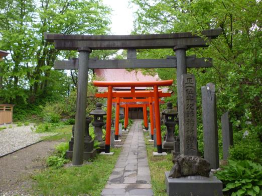 秋田にある与次郎稲荷神社。この日は雨でちょっと残念。