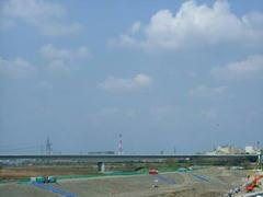 多摩川の紺碧の空