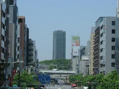 稲荷町から上野を望む