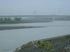 雨の多摩川