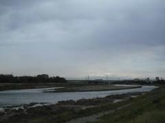 増水した多摩川の風景