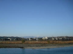 朝の多摩川の風景