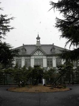雪景色の記念講堂