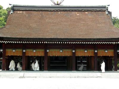 橿原神宮内拝殿に入る神職